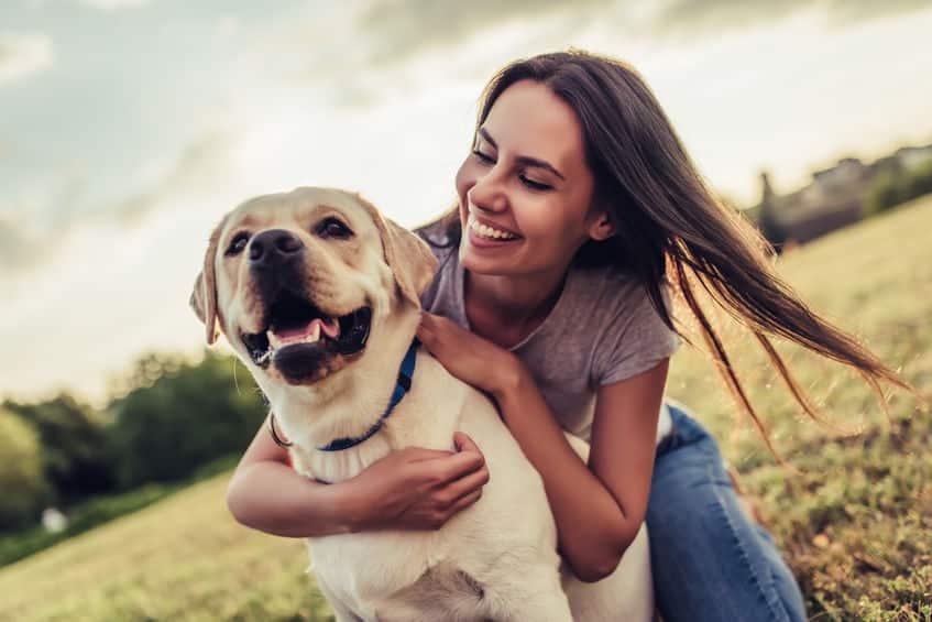 Fotografia pet - Tutora abraçando seu cão
