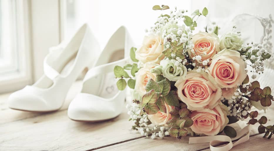Sapato e buquê da noiva no making of
