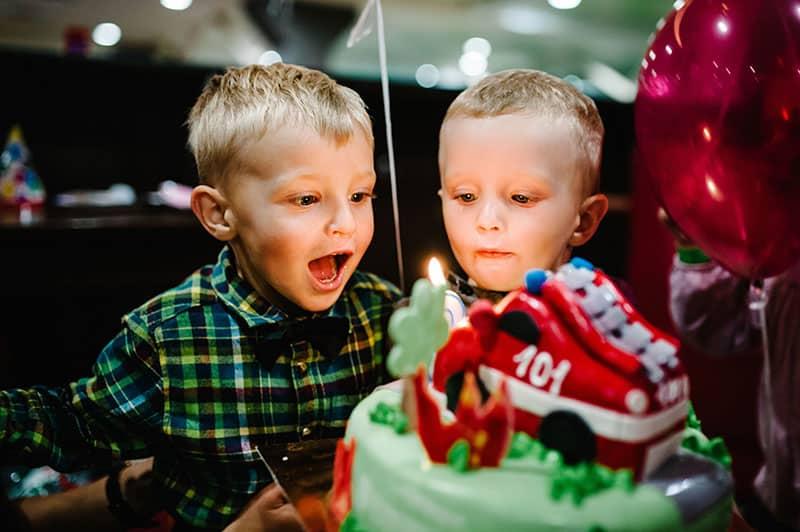 Crianças soprando as velas do bolo
