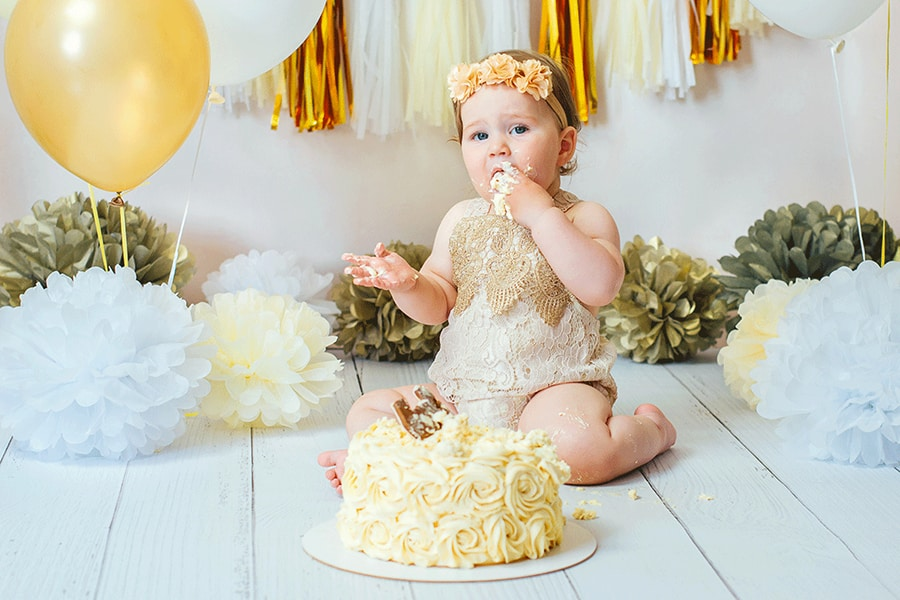 Bebê sentado comendo bolo