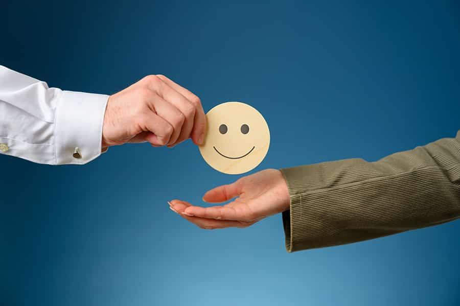 Pessoa dando um feedback positivo para outra pessoa
