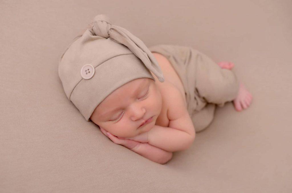 Foto inspirações para newborn por Click Photo Studio. Pose lateral.