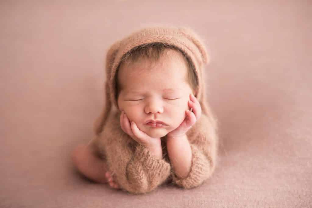 Foto inspirações para newborn por Laura Alzueta. Pose do Sapinho.